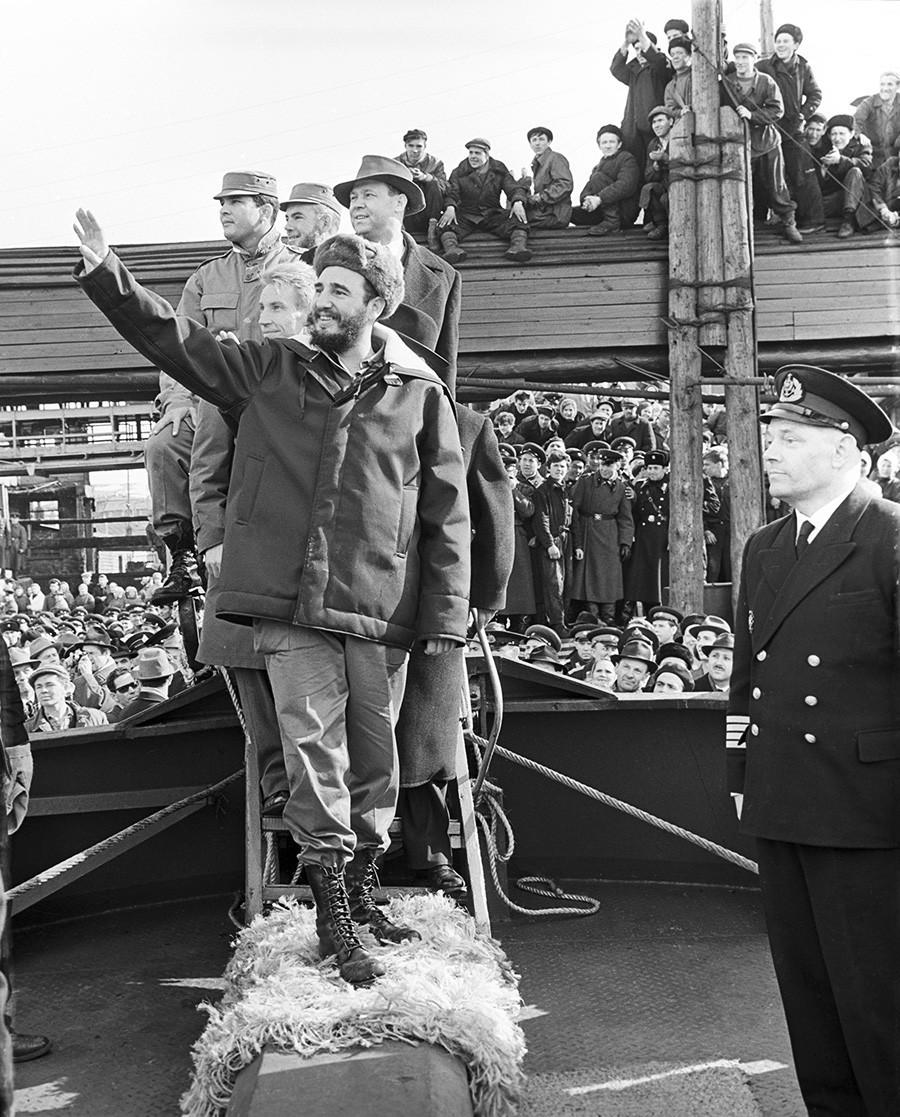 Visita de Fidel Castro à URSS. Fidel Castro recebido por moradores de Murmansk
