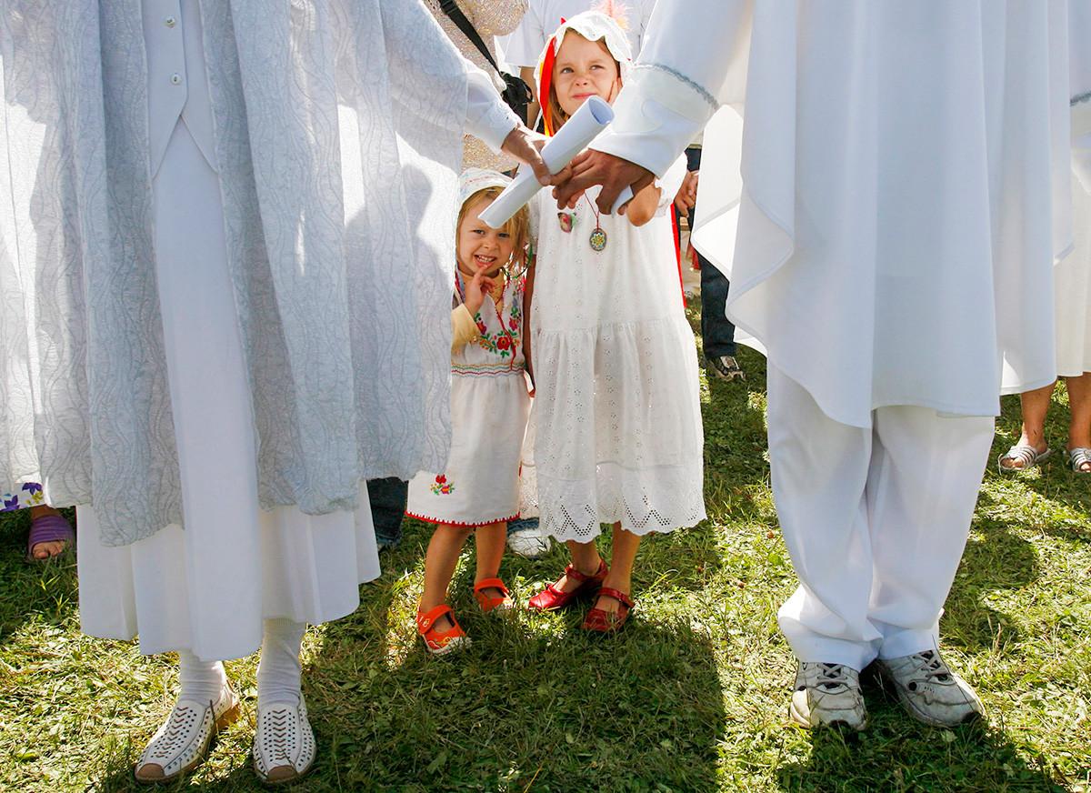 Деца на членовете на сектата, водена от Висарион, самопровъзгласил се за новия Христос, присъстват на масова молитва в село Петропавловка на около 580 км югоизточно от сибирския град Красноярск, 18 август 2007 г.