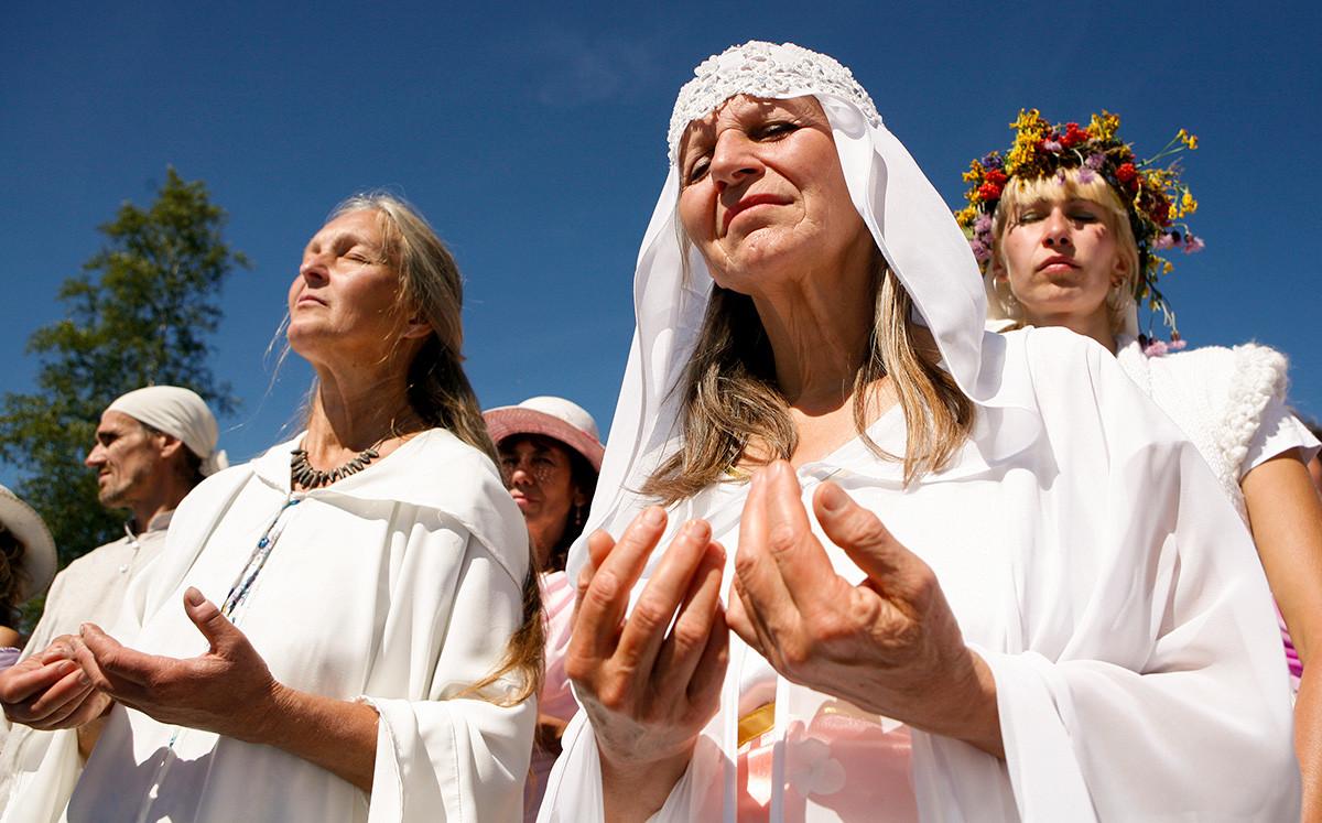 Членовете на религиозната секта на Висарион участват в празника