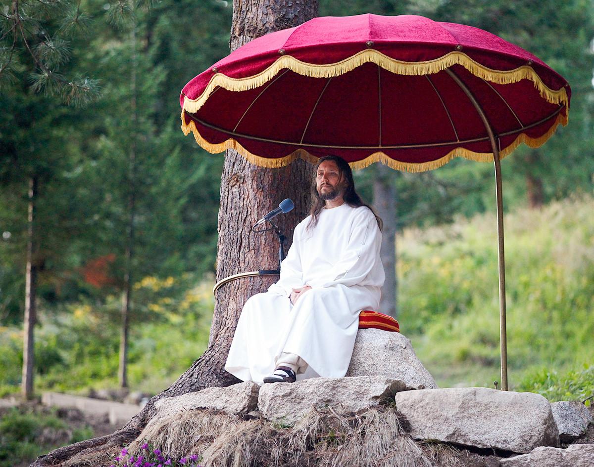 Висарион,  самопровъзгласил се за новия Христос, извършва богослужение по време на празника