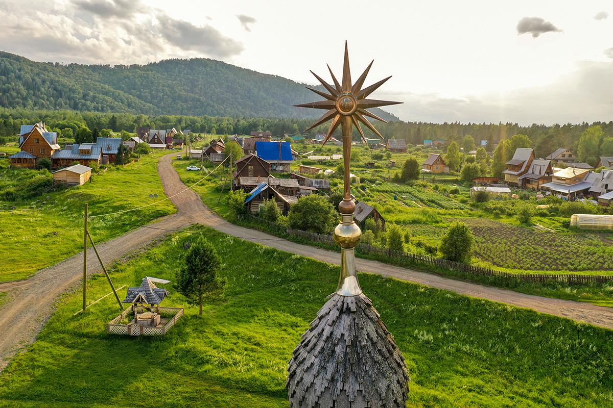 Красноярски край, Русия - 4 юли, 2020 г.: Купол на проповедническа къща на последователите на религиозното движение