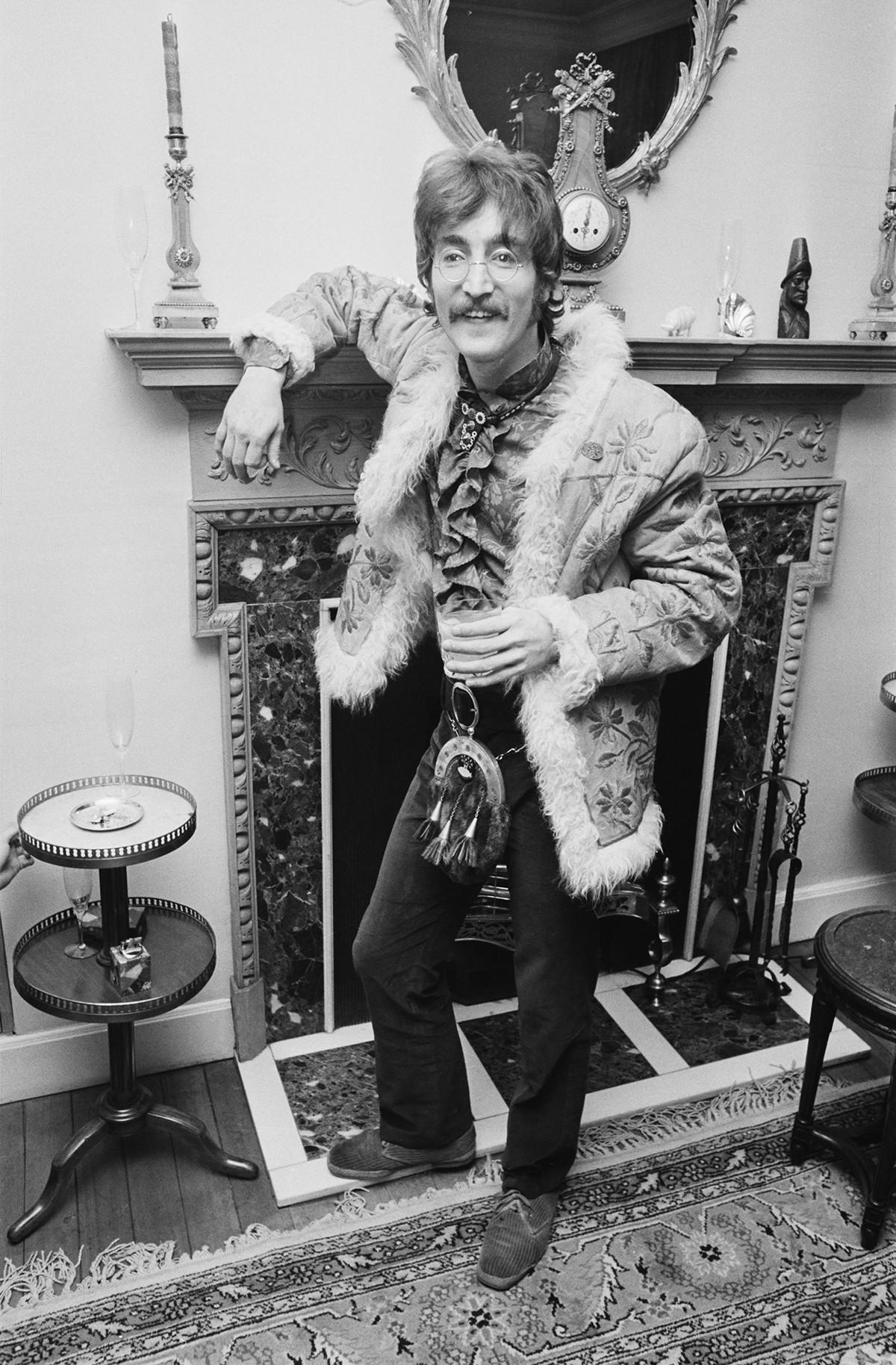 John Lennon in einem Schaffellmantel
