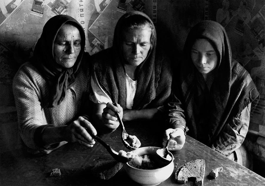 Женщины за обедом