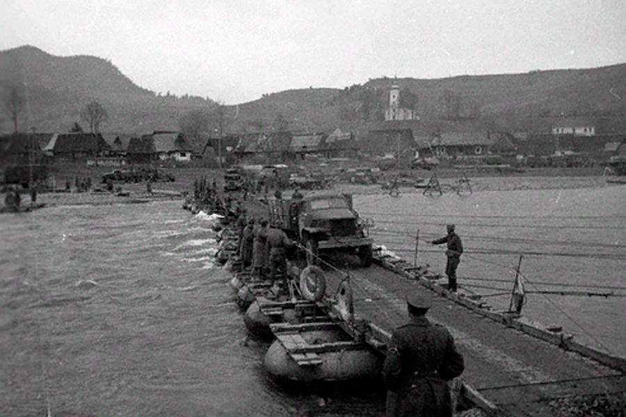 ソ連軍が建設した舟橋。飛行中隊「レオニダス」の標的は赤軍が建設したオーデル川にかかる橋だった。