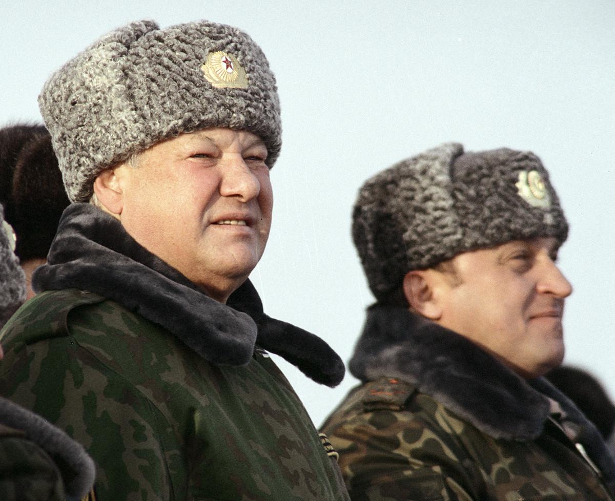 Ruski predsjednik Boris Jeljcin (u sredini) i ruski ministar obrane Pavel Gračov (desno) tijekom posjeta Tulskoj zračno-desantnoj diviziji Tula.