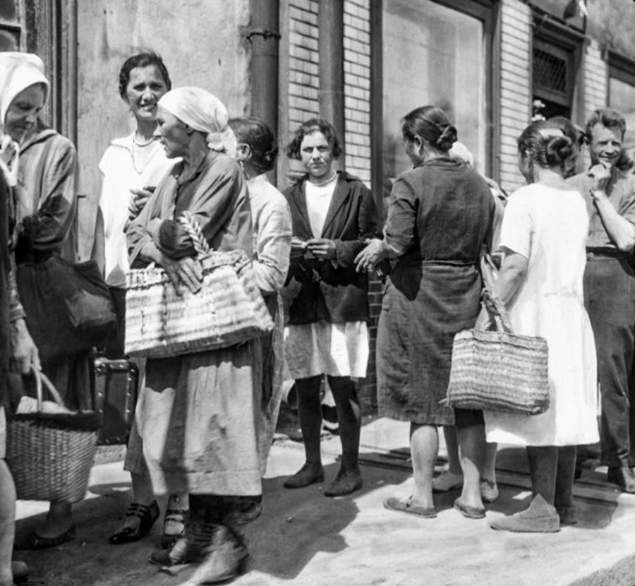 Persone in fina davanti a un negozio, Mosca, 1931