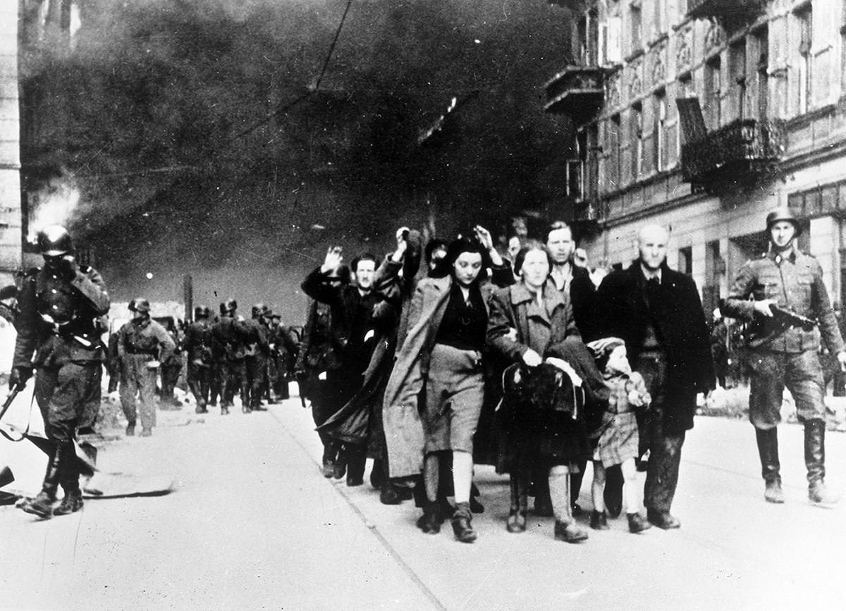 Los residentes del gueto de Varsovia están siendo enviados al campo de la muerte de Treblinka. 1942