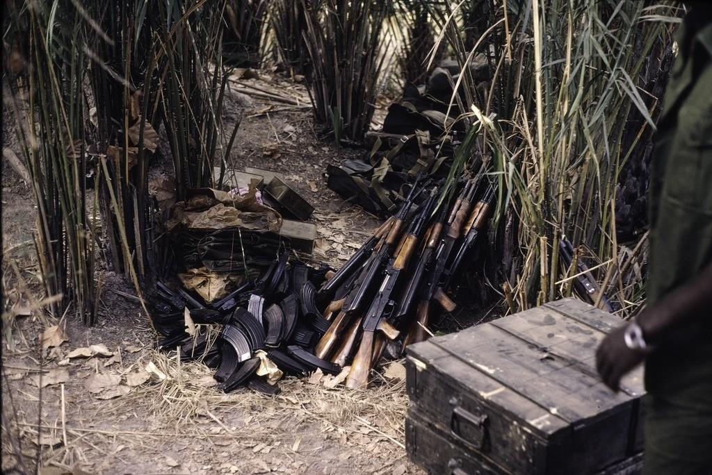 Fusiles ametralladores Ak-47 soviéticos durante su traslado, vía Senegal, Guinea Bisáu. (1974)