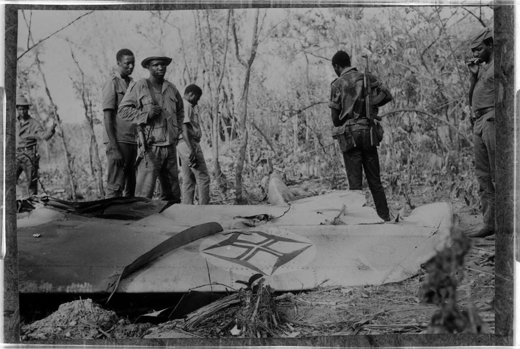 Soldados del PAIGC, portando armas de fabricación soviética junto a un avión portugués derribado (1974)