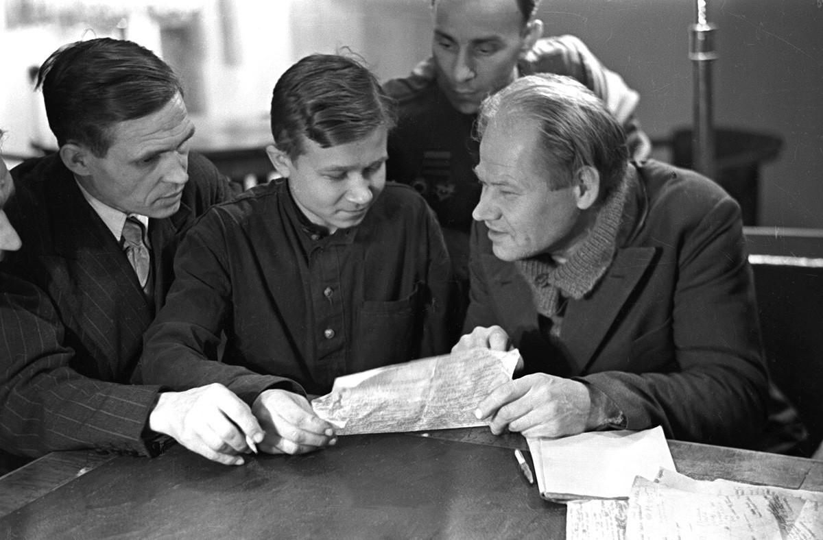 Jurij Olesha (il terzo da sinistra) con i membri del circolo letterario dello stabilimento del Likhachev