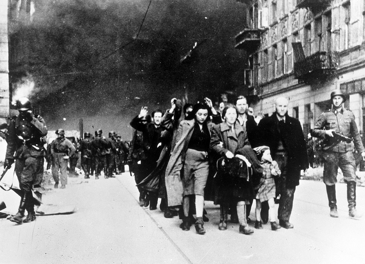Des juifs du ghetto de Varsovie conduits à un point de rassemblement pour être déportés vers le Camp d'extermination de Treblinka, 1942