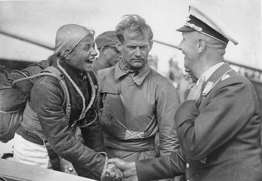 Hanna Reitsch (à gauche)