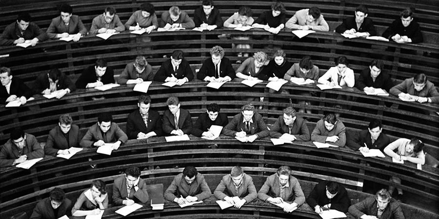 Para mahasiswa mengikuti kuliah di auditorium, 1967.