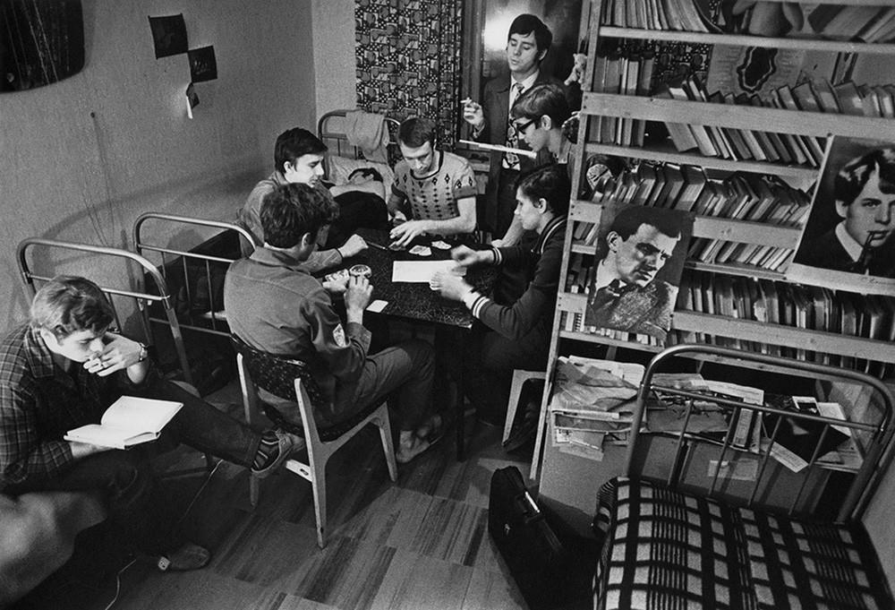 Siswa bercengkrama di asrama Universitas Negeri Moskow, 1963 – 1964.