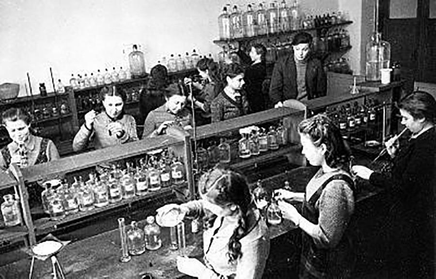 Para mahasiswa melakukan eksperimen di laboratorium Institut Baja Moskow Joseph Stalin, 1942.