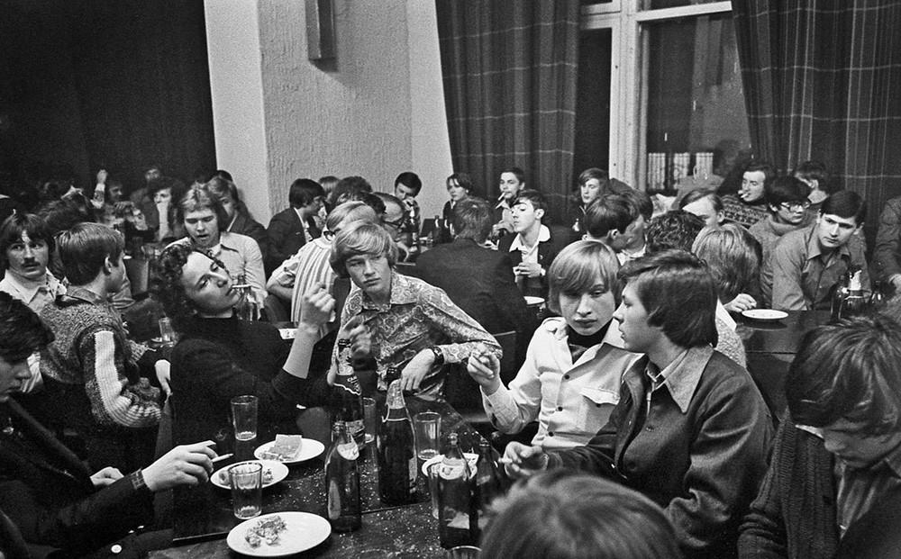 Para mahasiswa bersantai di kafe klub setelah bekerja seharian, Moskow, 1978.