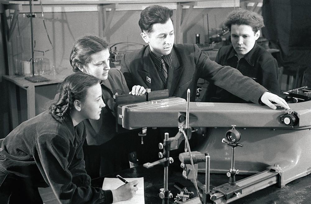 Mahasisiswa senior beraktivitas di laboratorium analisis spektral,  Chelyabinsk, 1954.