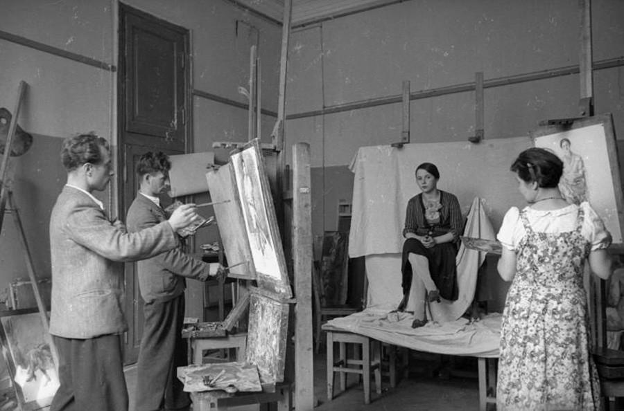 Para mahasiswa tengah melukis di studio seni, 1935 – 1940.