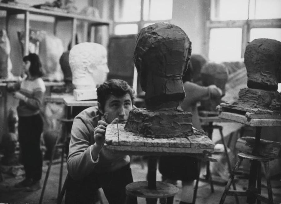 Para mahasiswa tahun pertama tengah melakukan praktik di bengkel patung, Moskow, 1969.