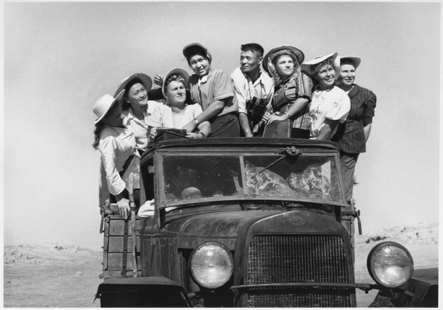 Para mahasiswa melakukan perjalanan untuk bekerja di ladang, Kazakhstan, 1952.