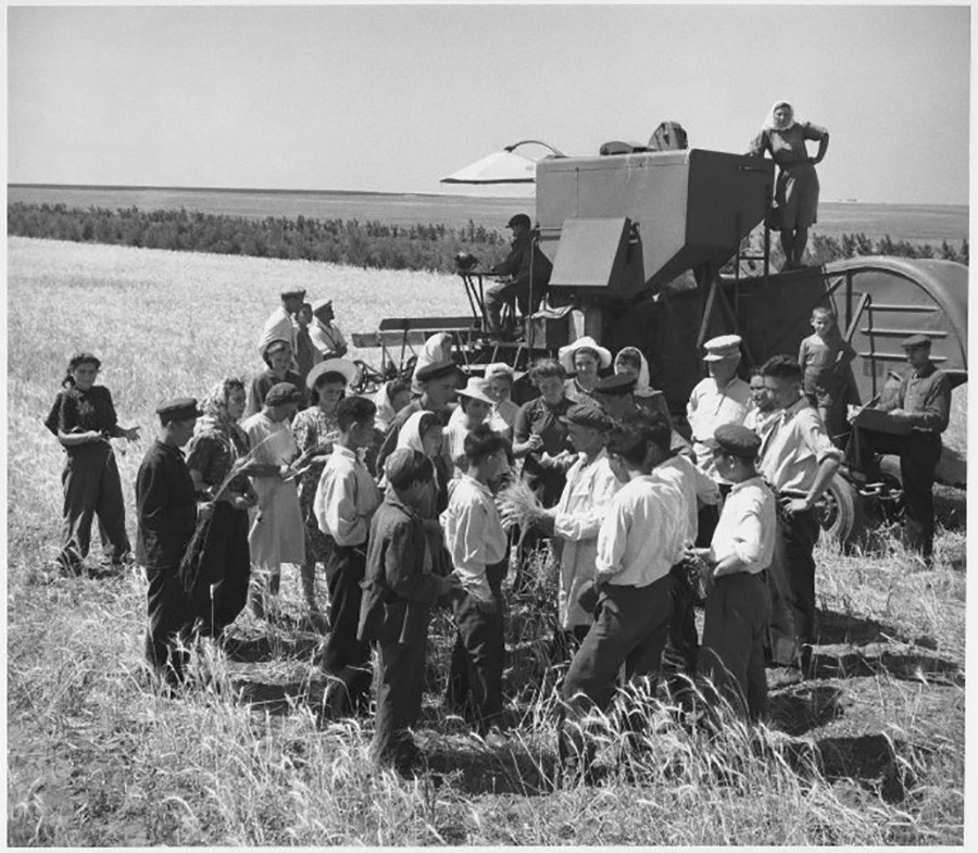 Para mahasiswa saat berada di ladang, Kazakhstan, 1952.