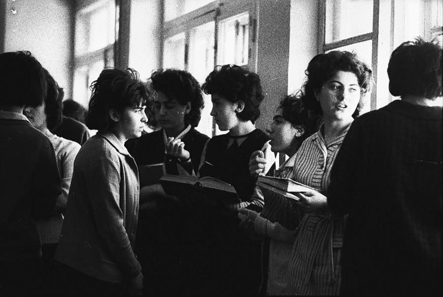 Para mahasiswa membawa buku, Yerevan, Armenian Soviet, 1959.