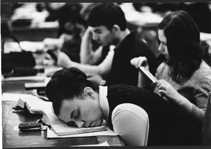 Seorang mahasiswi tertidur di kelas, 1972.