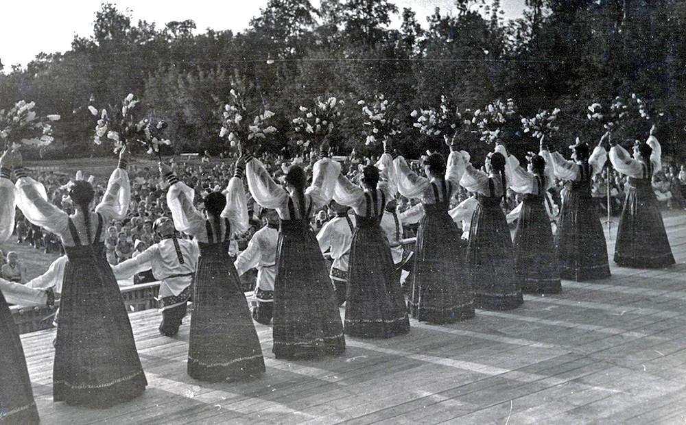 Para mahasiswa tampil di atas panggung, Moskow, 1955.