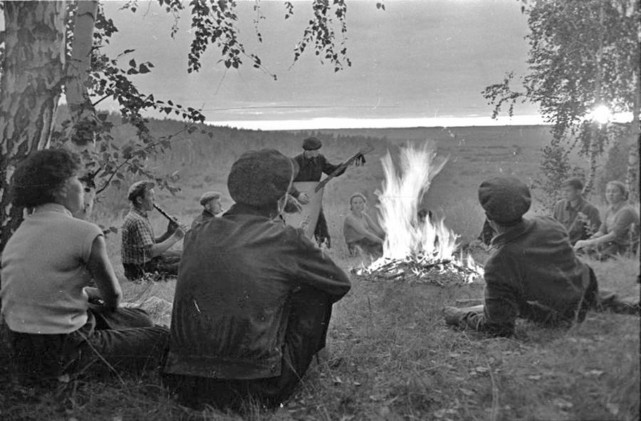 Para mahasiswa bermain musik di dekat api unggun. Altai, 1957–1963.