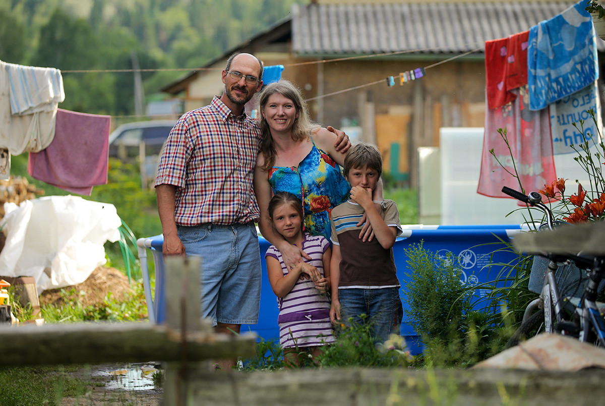 Violinista Dmítri Khetemov, 42, seguidor do movimento religioso da Igreja do Último Testamento, com sua esposa Natalia, a filha Sofia, 6, e o filho Aleksandr, 9