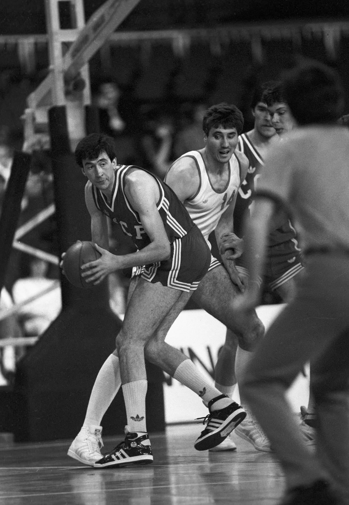 Il campione olimpico sovietico Sergej Tarakanov durante il campionato europeo di basket del 1985