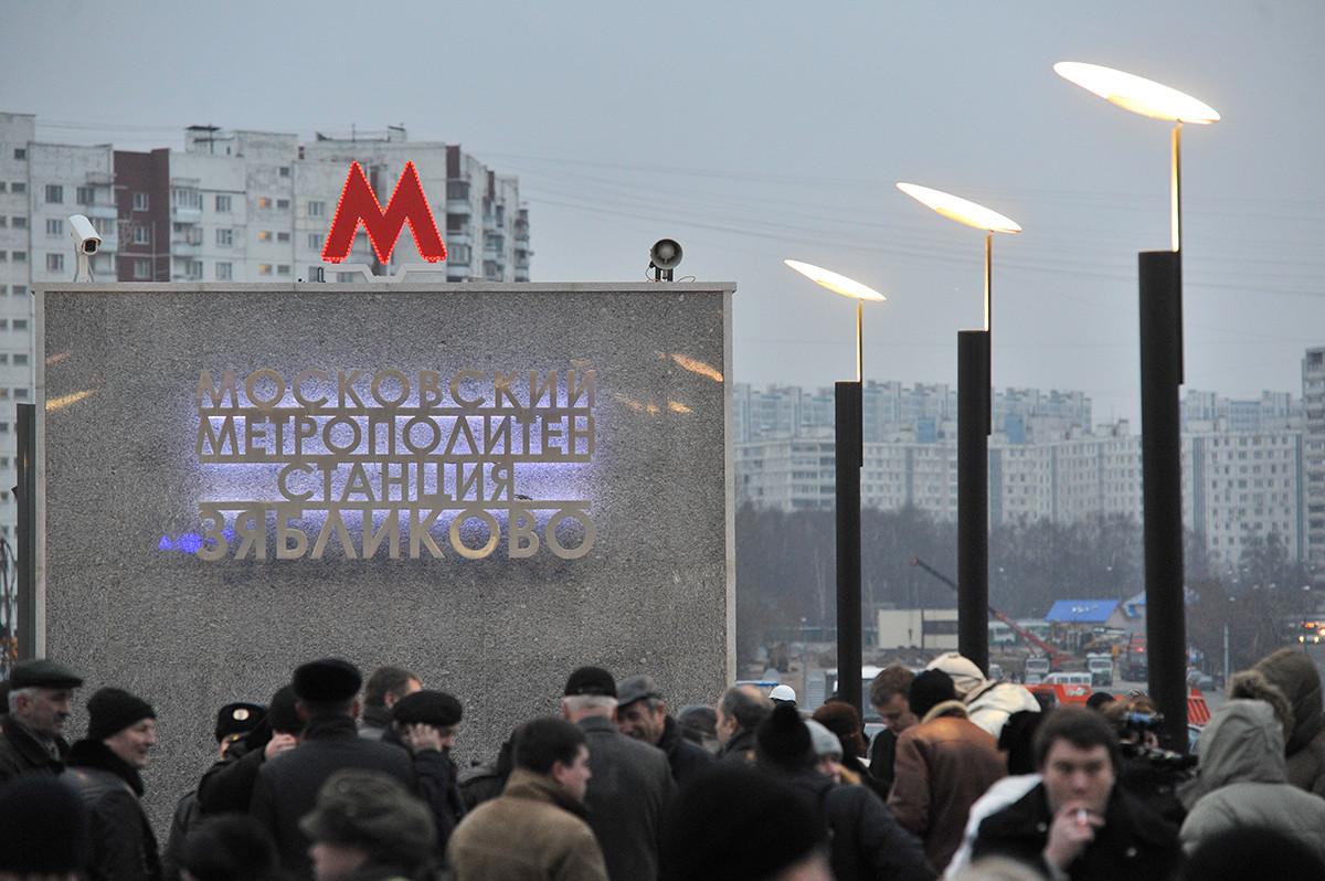 La stazione Zyablikovo; all'ingresso non vi è alcun riferimento a Lenin