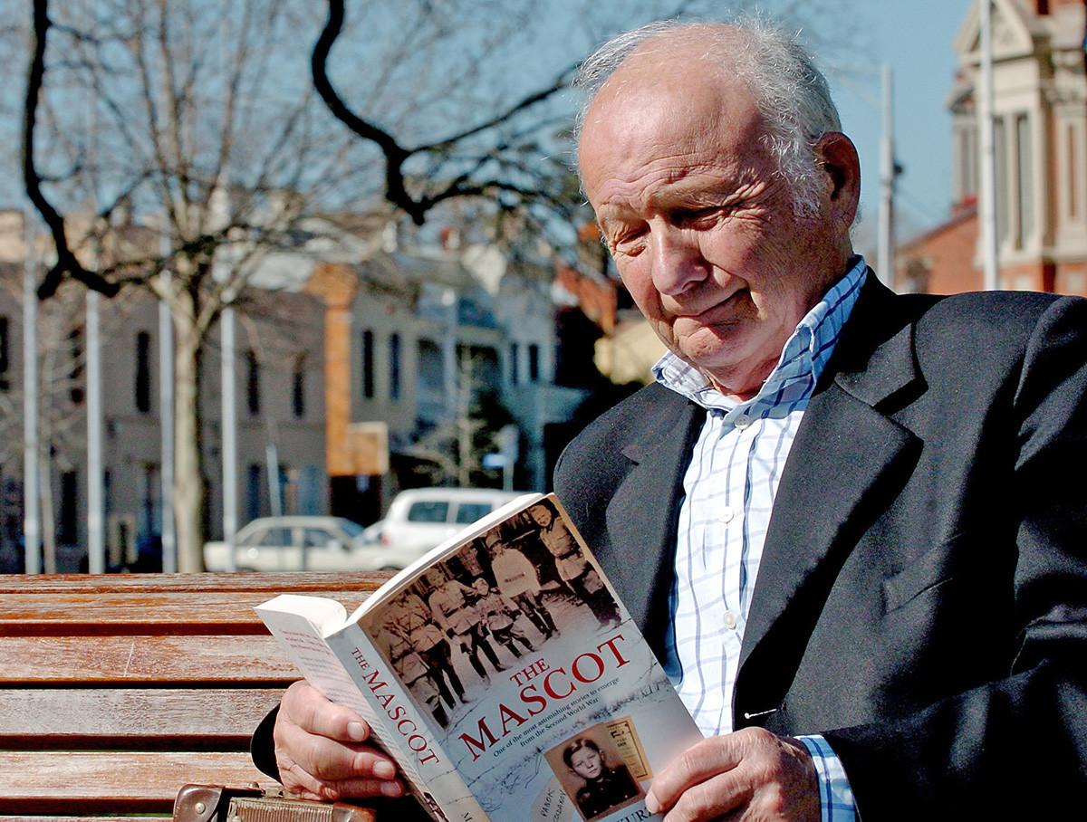 2007年、自分の人生について書かれた本を読んでいるアレックス・クルゼム、オーストラリアのメルボルン市