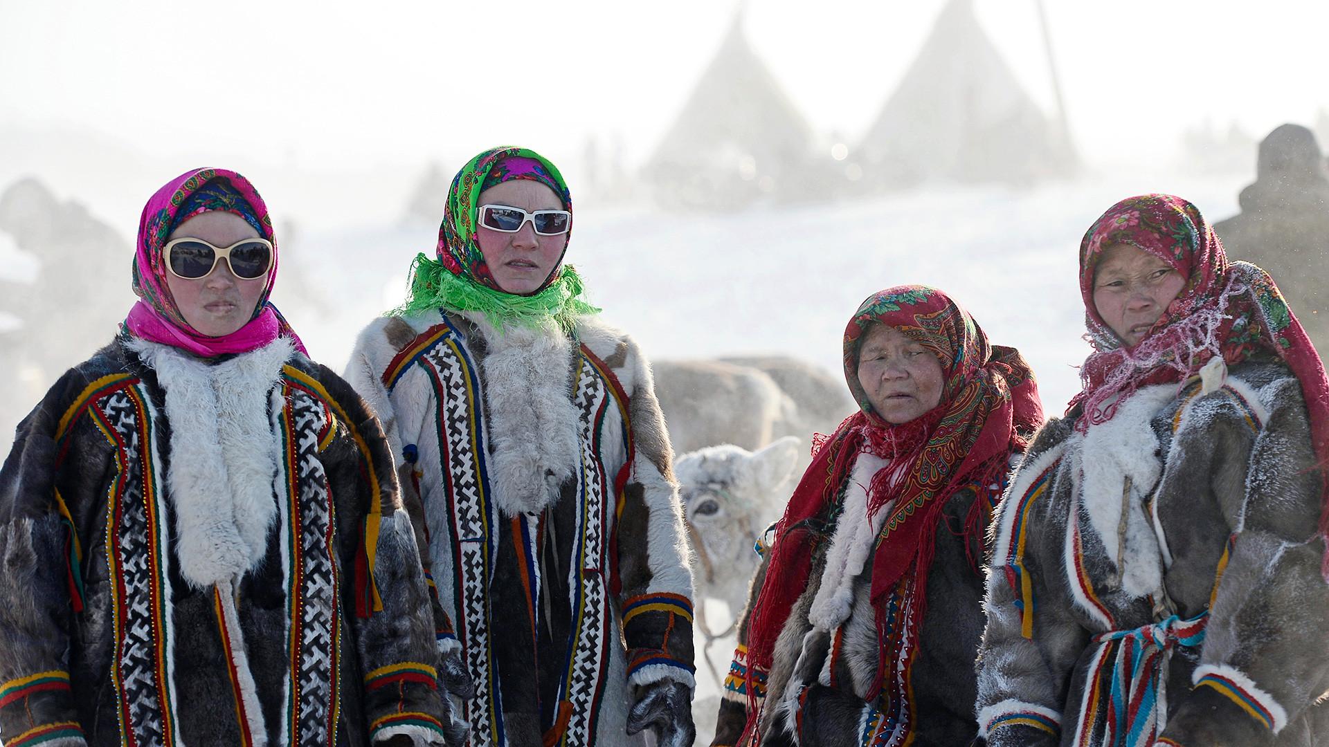 Des femmes célébrant la Journée des éleveurs de rennes à Salekhard, capitale du district autonome de Iamalo-Nénétsie, dans le Grand Nord russe