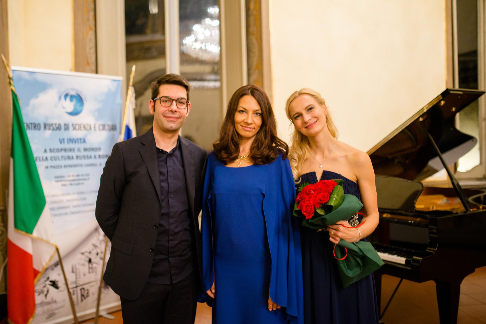 Da sinistra: Giuseppe Rossi (pianoforte), Daria Pushkova e Elena Tsarenko (mezzosoprano)