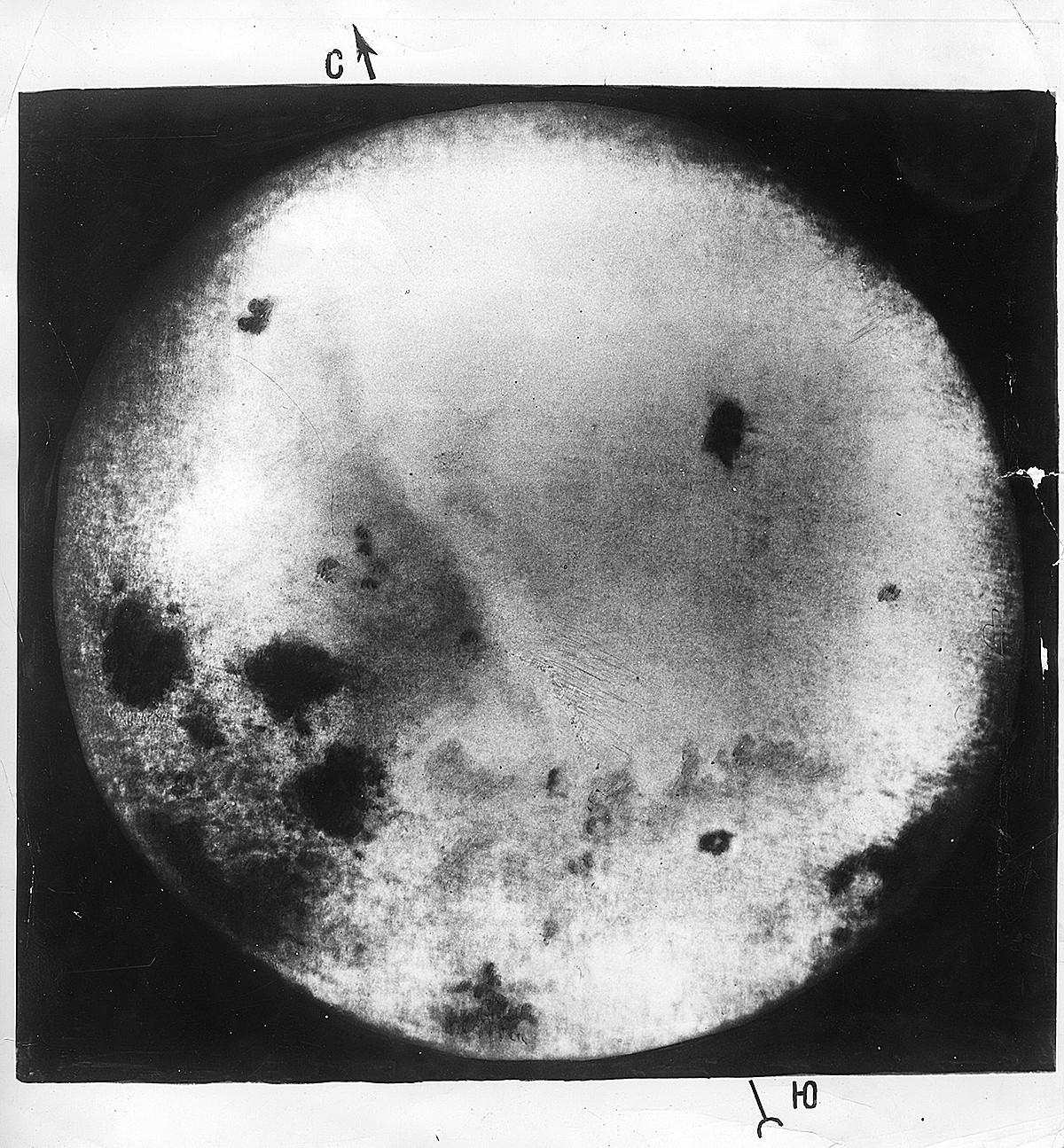 Salah satu foto pertama sisi jauh Bulan yang diambil oleh Luna-3.