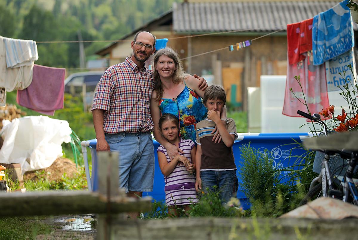 Скрипач Димитр Хетемов, 42 года, последователь религиозного движения Церковь Последнего Завета, с женой Натальей, дочерью Софией, 6 лет, и сыном Александром, 9 лет.
