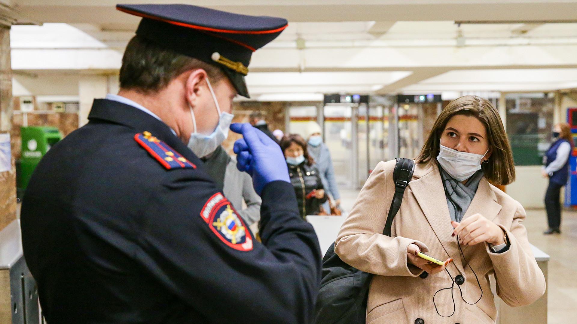 Contrôle du port du masque dans le métro moscovite