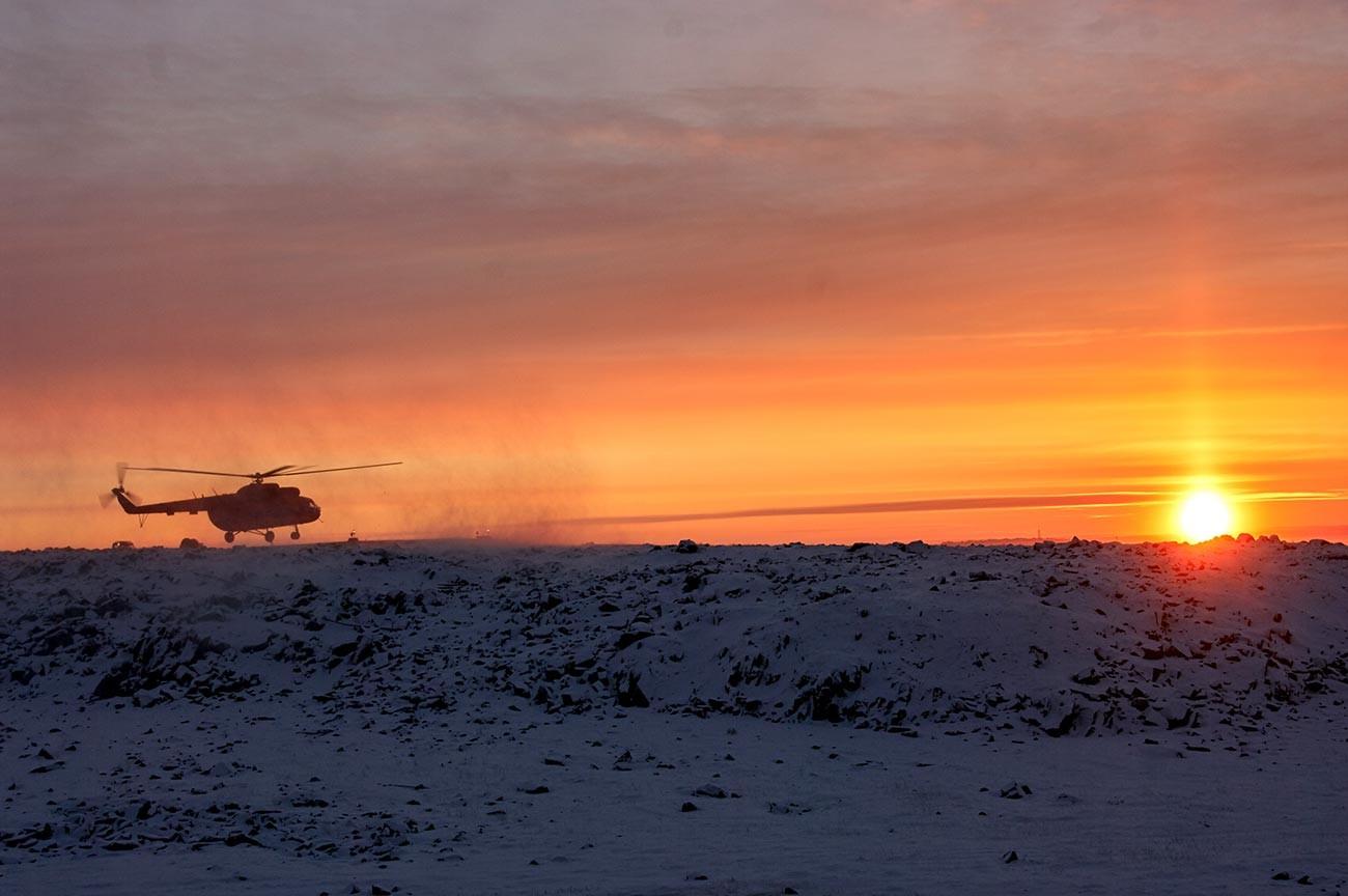 Helikopter slijeće u naselje Dikson.