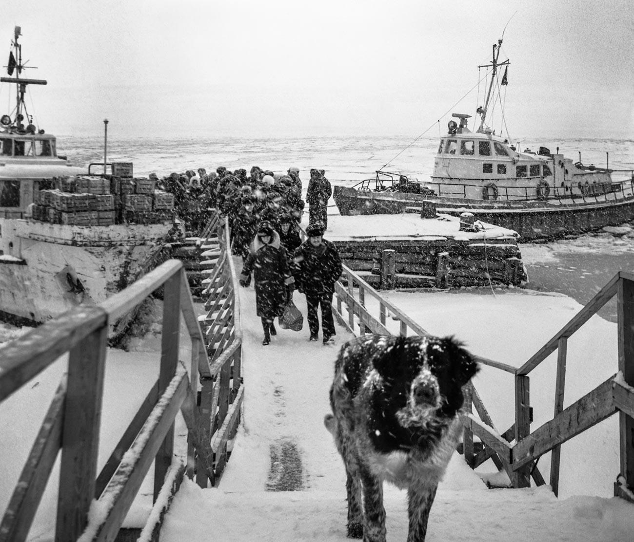 Dikson, Krasnojarski kraj, rujan 1980. Snijeg na pristaništu naselja Dikson.