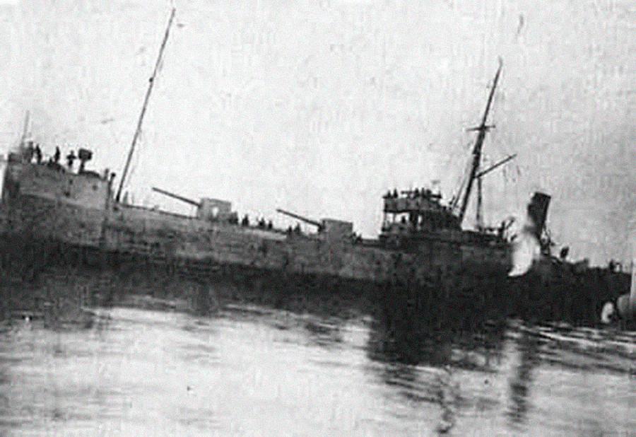 Le navire à vapeur Rosa Luxemburg chargé d'armement