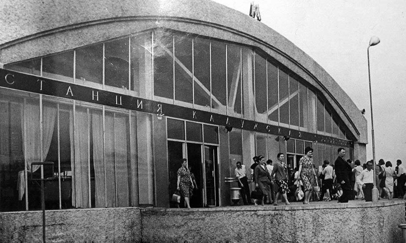 ソ連時代、カルーシスカヤ駅の様子