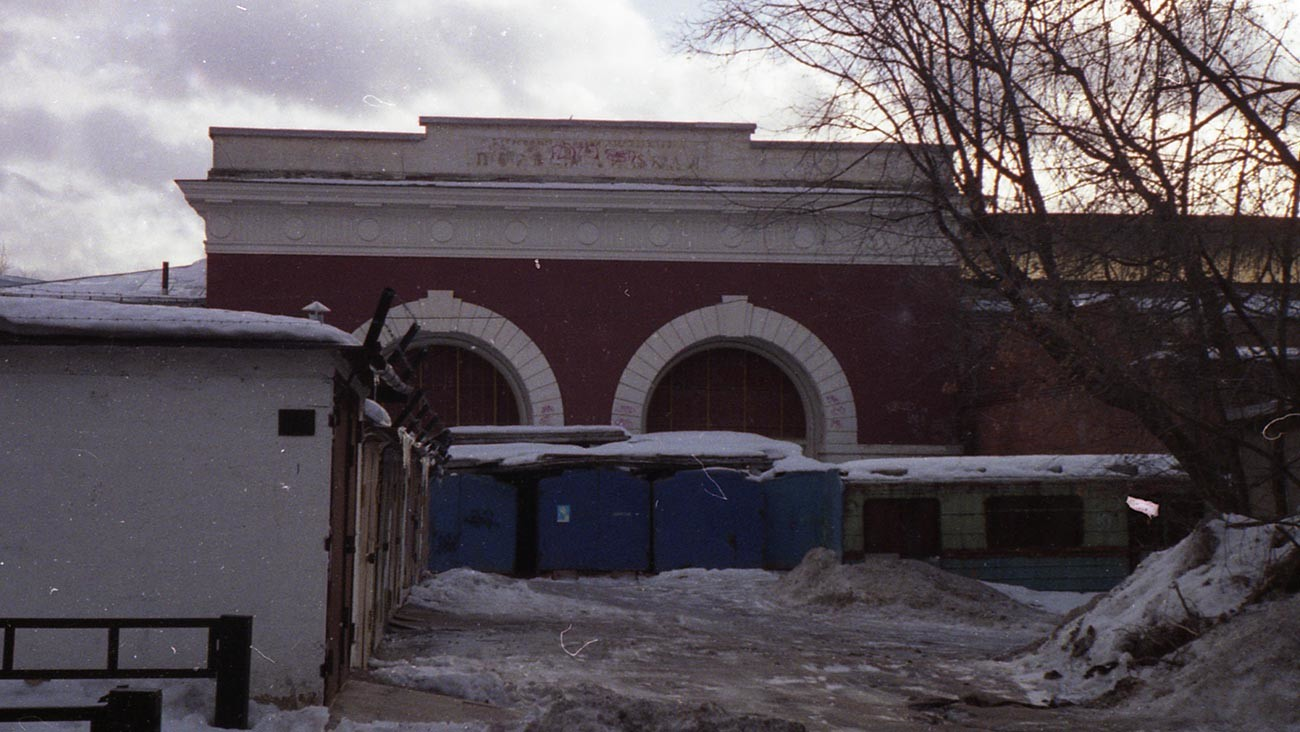 駅から残った「スターリン帝国様式」の壁