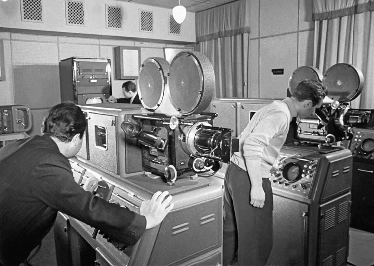 Une reproduction cinématographique du moment où les scientifiques soviétiques ont photographié la face cachée de laLune