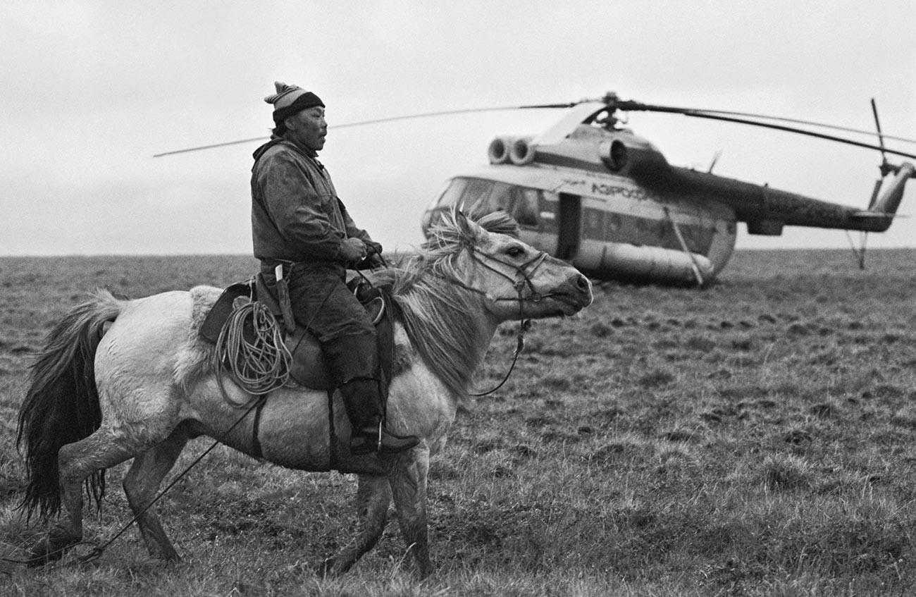 СССР, Јакутија, 1. октобар 1988.. Узгајивач северних јелена бригадир Михаил Петрович Лебедев. Његови преци су се из генерације у генерацију бавили узгајањем северних јелена.