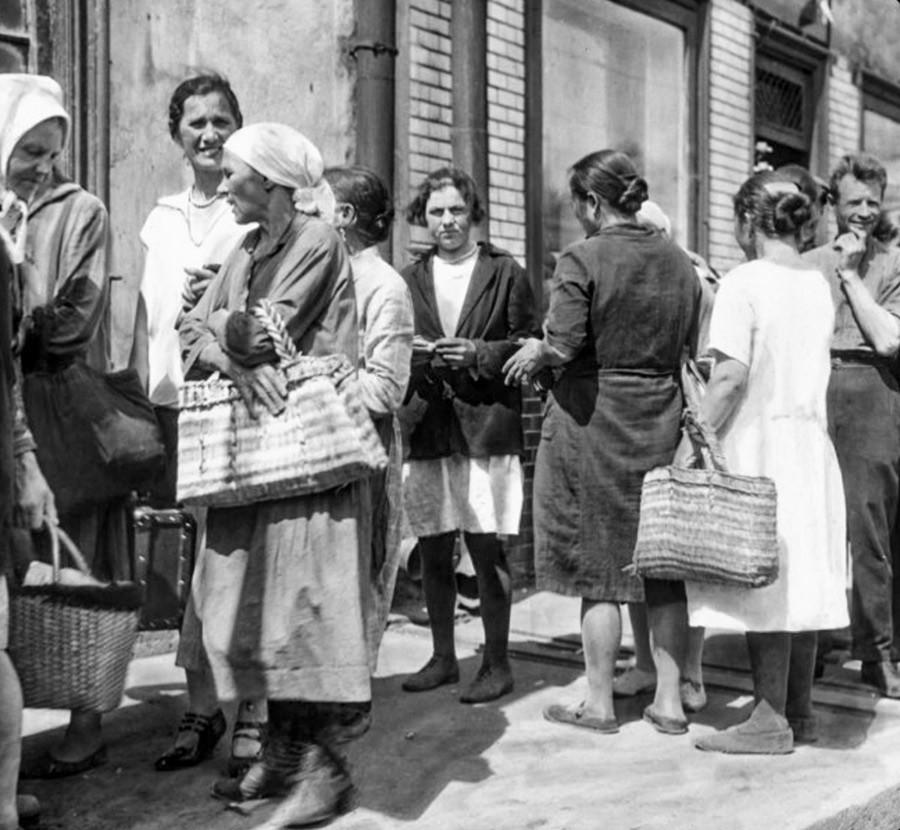 Хора, стоящи на опашка за продукти. СССР, Москва, 1931 год.