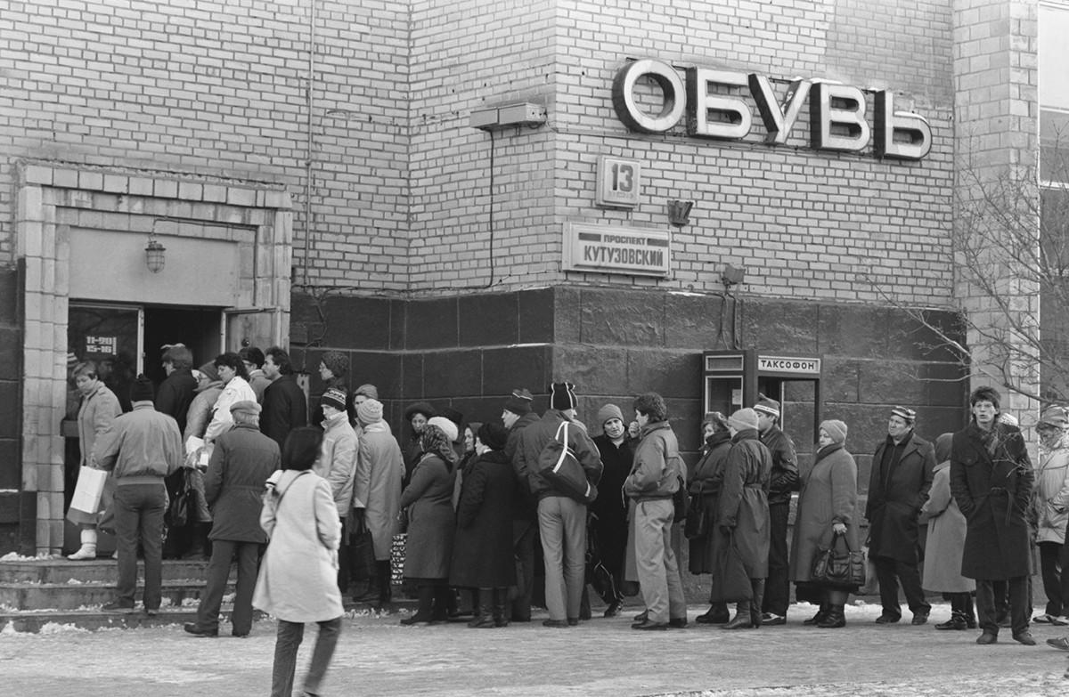 Gente in coda per comprare stivali invernali sul viale Kutuzovskij, Mosca, 1988