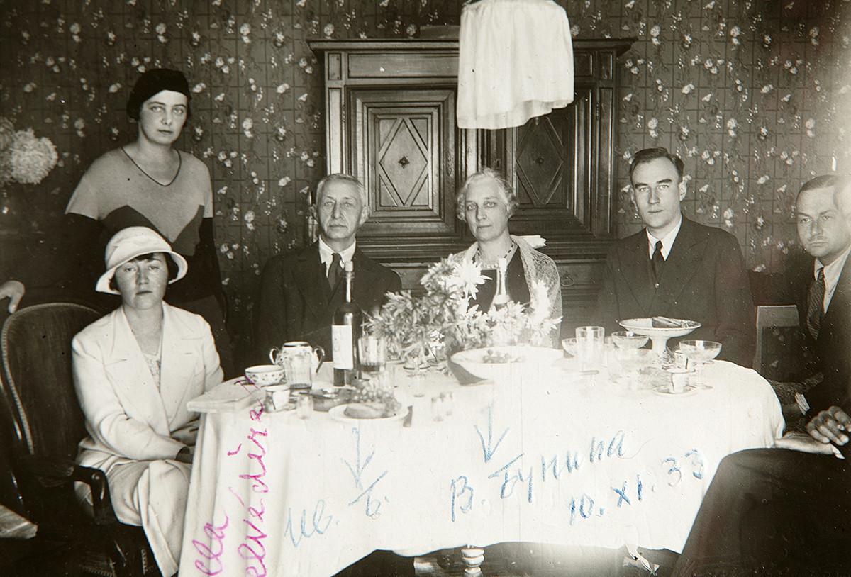 Ivan Búnin  com amigos em Grasse, na França, em 1933.