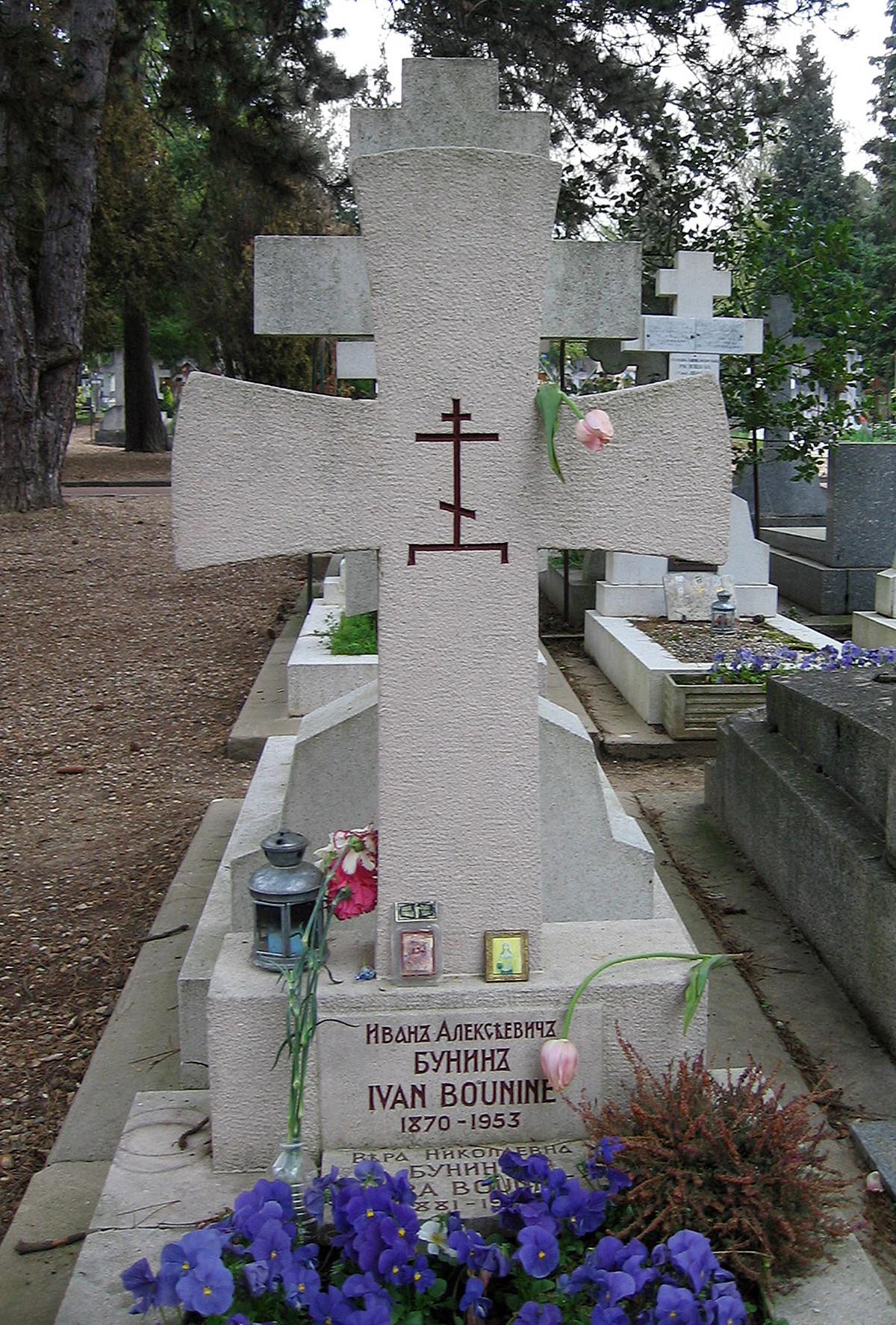 O túmulo de Búnin no cemitério de Sainte-Geneviève-des-Bois, em Paris.