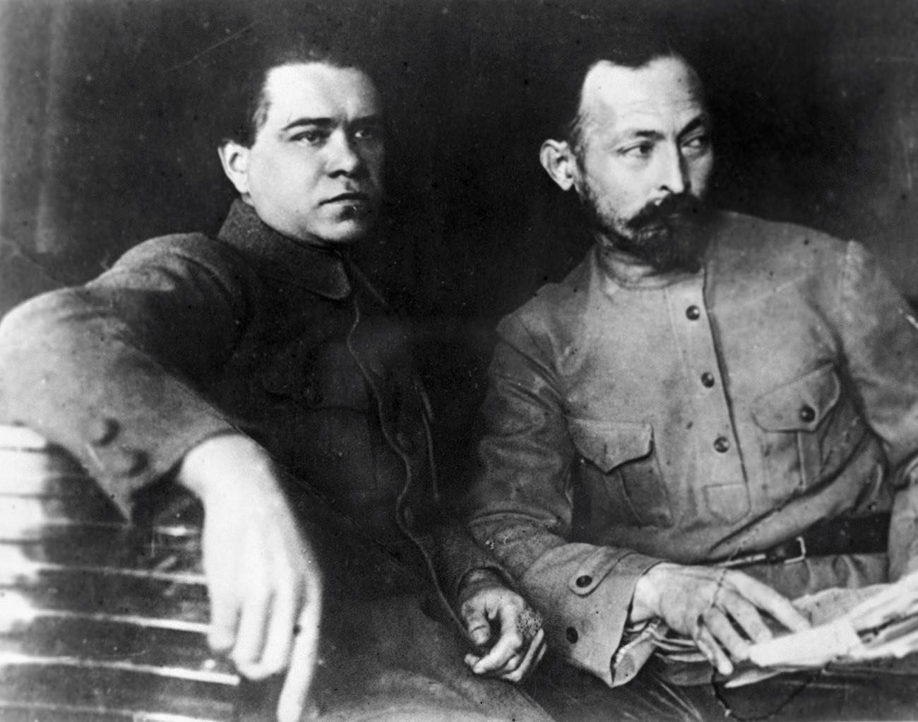 Феликс Дзержински (ляво), председател на ЧК, и заместникът му Яков Петерс